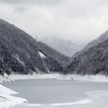 冬の大町ダムと凍結した龍神湖