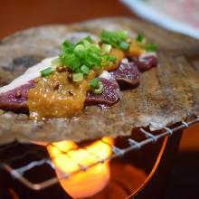 和洋亭宇田(長野県白馬村)さん 春の宴会メニュー「猪のお肉を朴葉味噌」