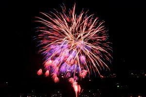 諏訪市立石公園から見た第66回とうろう流し花火まつり(岡谷市)の花火
